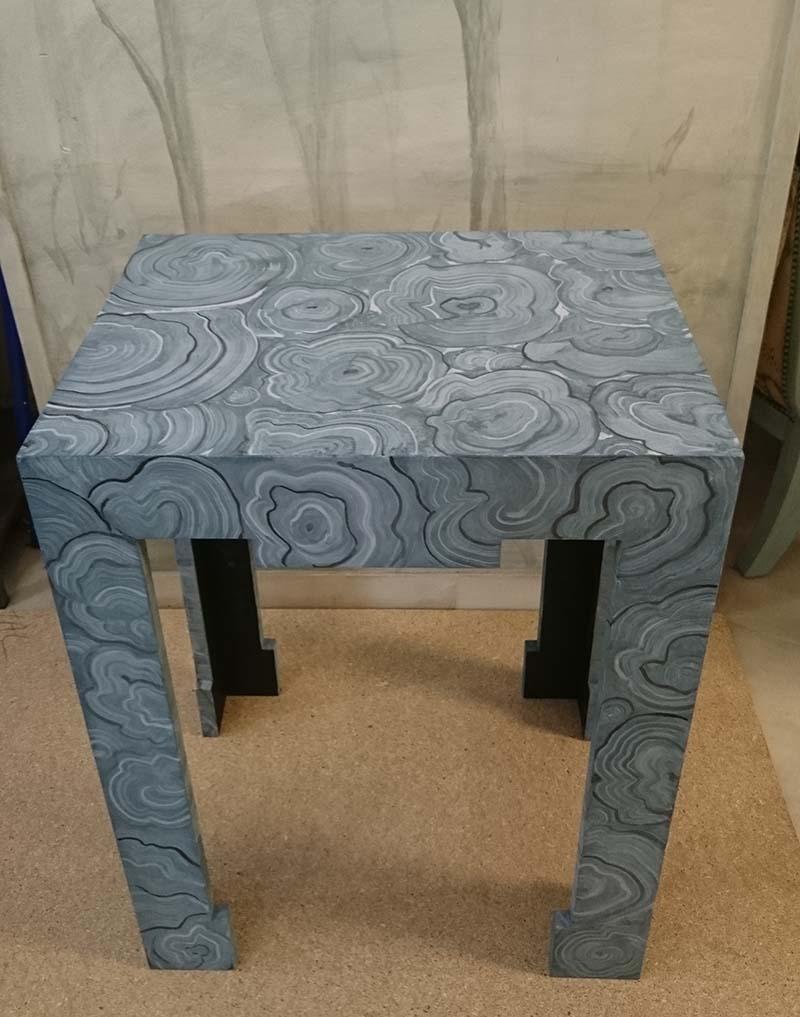 Mesa decorada con pintura